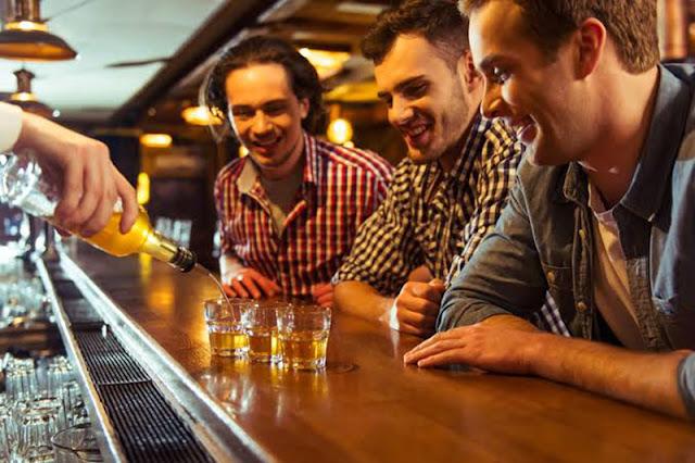 Drinques no Goldfinger Pub em Colônia