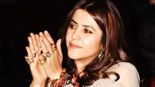 Ekta Kapoor Removes her rings