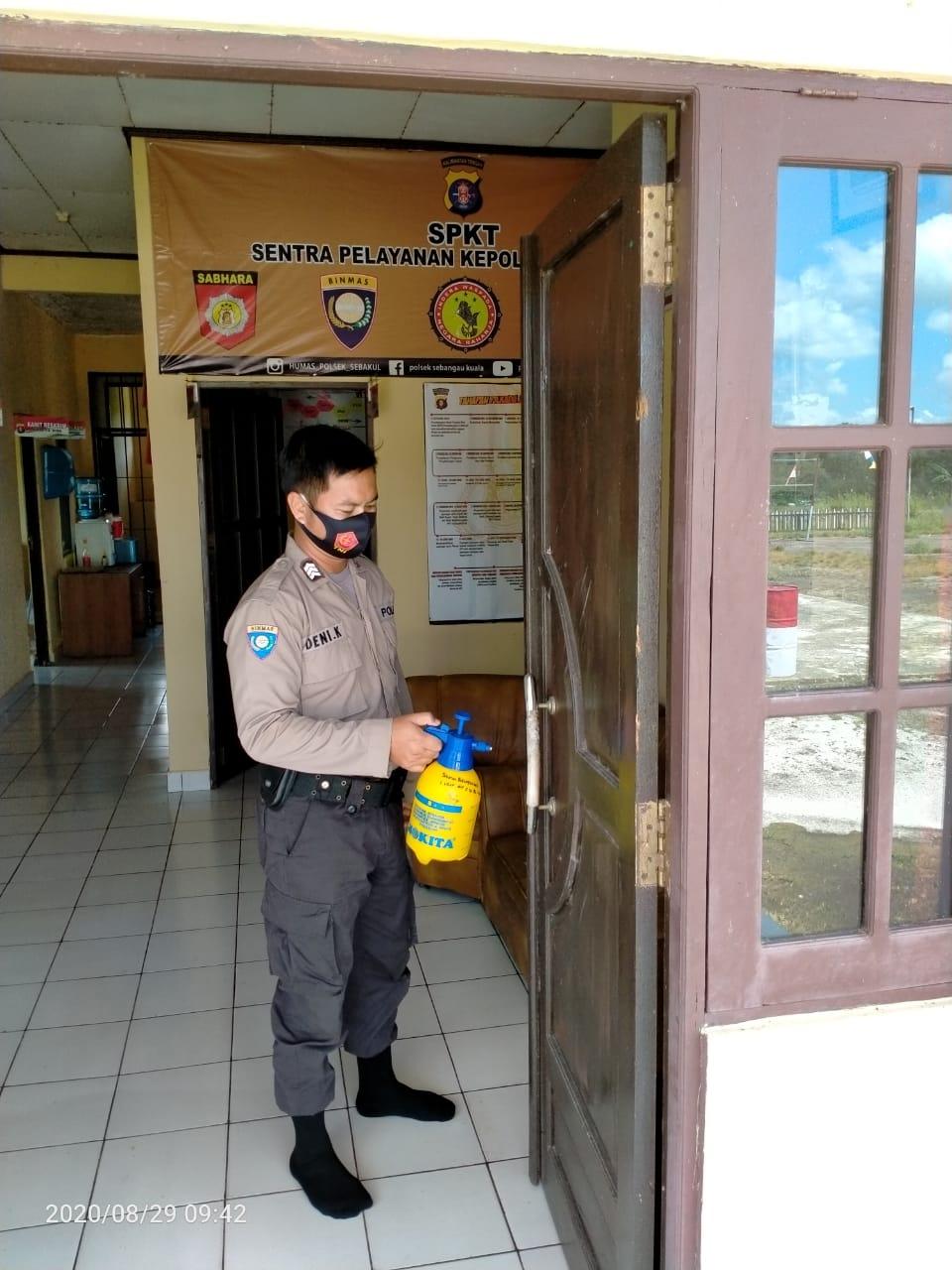Cegah Covid-19, Polsek Sebangau Kuala Semprot Desinfektan di Mako