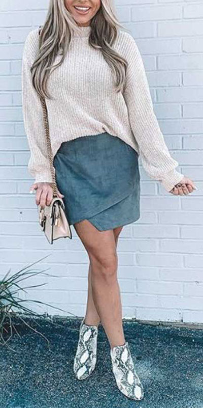 26 Charming Fall Outfits for College Girls. All Casual Fall Wear Every Girl Who Goes to College Will Love. High School Fashion +Teen Outfits via higiggle.com | jumper + skirt outfits | #falloutfits #college #teenoutfits #skirt