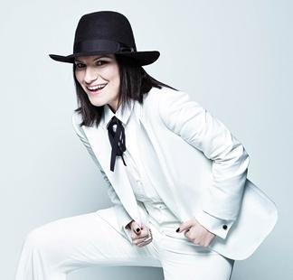 Foto de Laura Pausini de blanco y sombrero