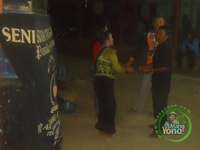 FOTO 1: Topeng Banjet Mis IJEM Group Keliling Kampung