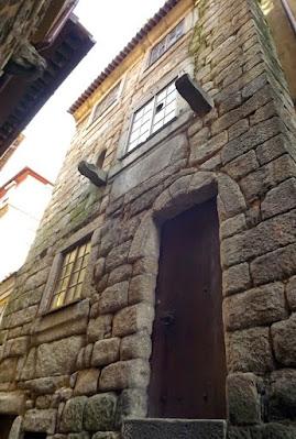 Fachada de uma casa medieval no Porto