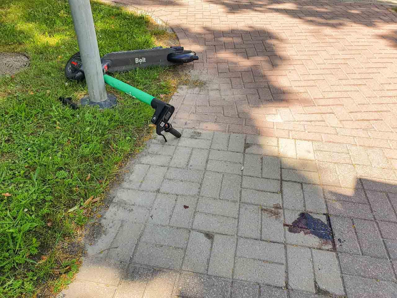 Skrējritenis guļ uz zemes pēc negadījuma