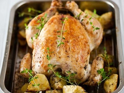 Krumplival sült, kakukkfüves csirke: kívül jó ropogós, belül puha