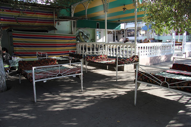 Kirghizistan, Jalalabad, café Maruf, Tapchane, tapshan, © L. Gigout, 2012