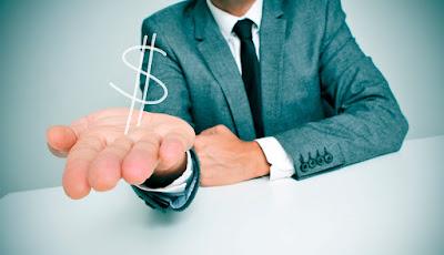 Hombre con la mano extendida ofreciendo dinero