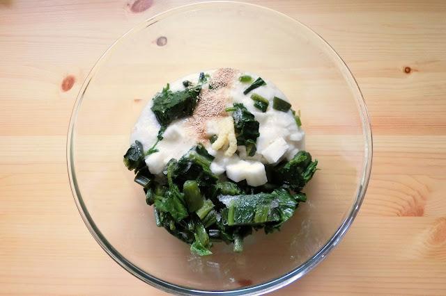 ボウルにつるむらさき、長芋、【調味料】を入れ、木べらで粘りっけがでるまで混ぜます。