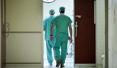 """Ikja e stafit mjekësor ka prekur edhe Qendrat e Mjekësisë Familjare, të cilat po përballen me mungesa të mjekëve e infermierëve. Sidomos gjatë stinës së verës, theksohet se këto mungesa vërehen edhe më shumë, për faktin se gjatë kësaj sezone shfrytëzohen edhe pushimet verore, çka ndikon që këto qendra të mjekësisë të punojnë me staf të reduktuar.  Në Qendrat e Mjekësisë Familjare në Prishtinë, gjatë një viti kryhen më shumë se 1 milion vizita. Pacientët thonë se janë të kënaqur me trajtimin në këto qendra.  Musli Morina, rreth 67- vjeçar, i cili për shkak të problemeve shëndetësore bën vizita të shpeshta mjekësore, thotë për Radion Evropa e Lirë se tashmë edhe e njeh stafin mjekësor, për shkak të vizitave të shpeshta.  """"Shumë shpesh vij për vizita(mjekësore). Tani edhe po i njoh stafin shëndetësor dhe në një mënyrë jemi familjarizuar. Nuk kam asnjë ankesë pasi që trajtimin që e marr sa herë që kam nevojë, është në nivel"""", tregon ai.  Por, mungesa e stafit shëndetësor në këto qendra, është evidente. Kjo ndërlidhet me ikjen e mjekëve dhe infermierëve nga Kosova për në shtetet e Bashkimit Evropian.  Bujar Gashi, drejtor për Shëndetësi dhe Mirëqenie sociale në Komunën e Prishtinës, thotë se mungesat në stafin mjekësor janë evidente dhe se po përballen me vështirësi për mbulimin e të gjitha nevojave dhe kërkesave të pacientëve.  Ai shton se kjo mungesë ka qenë që nga periudha e pasluftës në Kosovë, kur edhe kishte filluar hapja e institucioneve të reja shëndetësore, derisa nuk ka pasur asnjëherë rritje të numrit të stafit shëndetësor.  Ndërkohë, gjendja është rënduar për faktin se viteve të fundit ka shënuar rritje fenomeni i ikjes së stafit jashtë vendit.  """"Ka mungesë stafi shëndetësor. Ka pasur kërkesa për ikje të stafit në fushën e mjekësisë dhe infermierisë. Gjatë dy viteve nga Qendra e Mjekësisë Familjare në Prishtinë janë larguar 2 mjekë të përgjithshëm për në Gjermani, derisa janë katër infermierë që e kanë lëshuar punën për të njëjtat arsye"""".  """"Ndërsa nga Qendrat"""