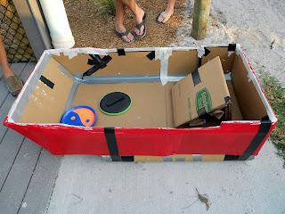barco hecho con cartón reciclado