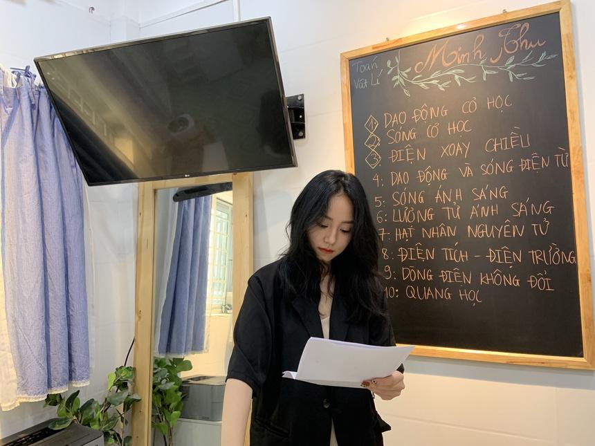 Cô giáo dạy Vật lý thu hút 1,6 triệu lượt xem khi livestream