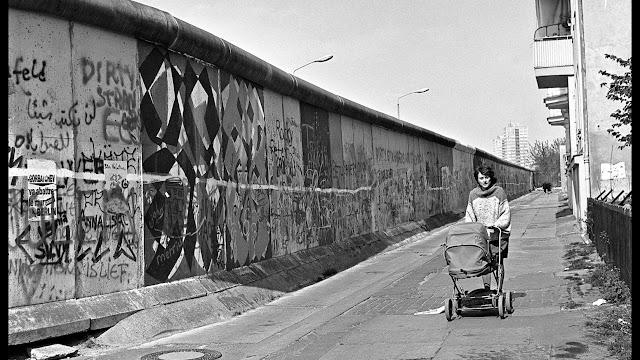 Berlin Duvarındaki Mihail Gorbaçov İlanı