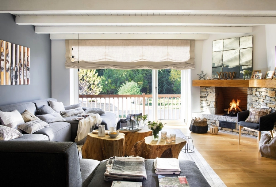Królestwo szarości i drewna, wystrój wnętrz, wnętrza, urządzanie domu, dekoracje wnętrz, aranżacja wnętrz, inspiracje wnętrz,interior design , dom i wnętrze, aranżacja mieszkania, modne wnętrza, szare wnętrza, białe wnętrza, styl skandynawski, scandinavian style, salon, living room, narożnik, kominek, niebieska ściana, drewniany pień, drewniany stolik,
