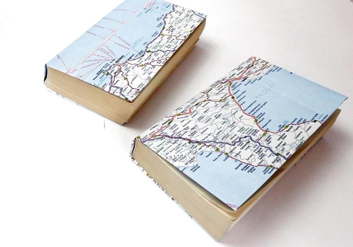 zwei-Buecher-mit-Schutzumschlag-aus-Landkarten