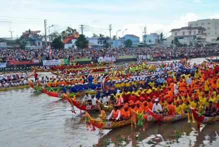 Đua ghe Ngo, một hoạt động trong Lễ hội nhưng thu hút rất đông người tham gia không riêng gì đồng bào Khmer Nam bộ
