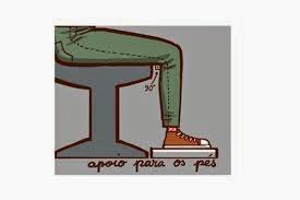 Postura na frente do computador Apoio nos pés ajuda o paciente a alinhar as articulações