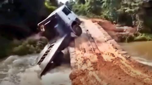 Caminhões caindo pontes madeira