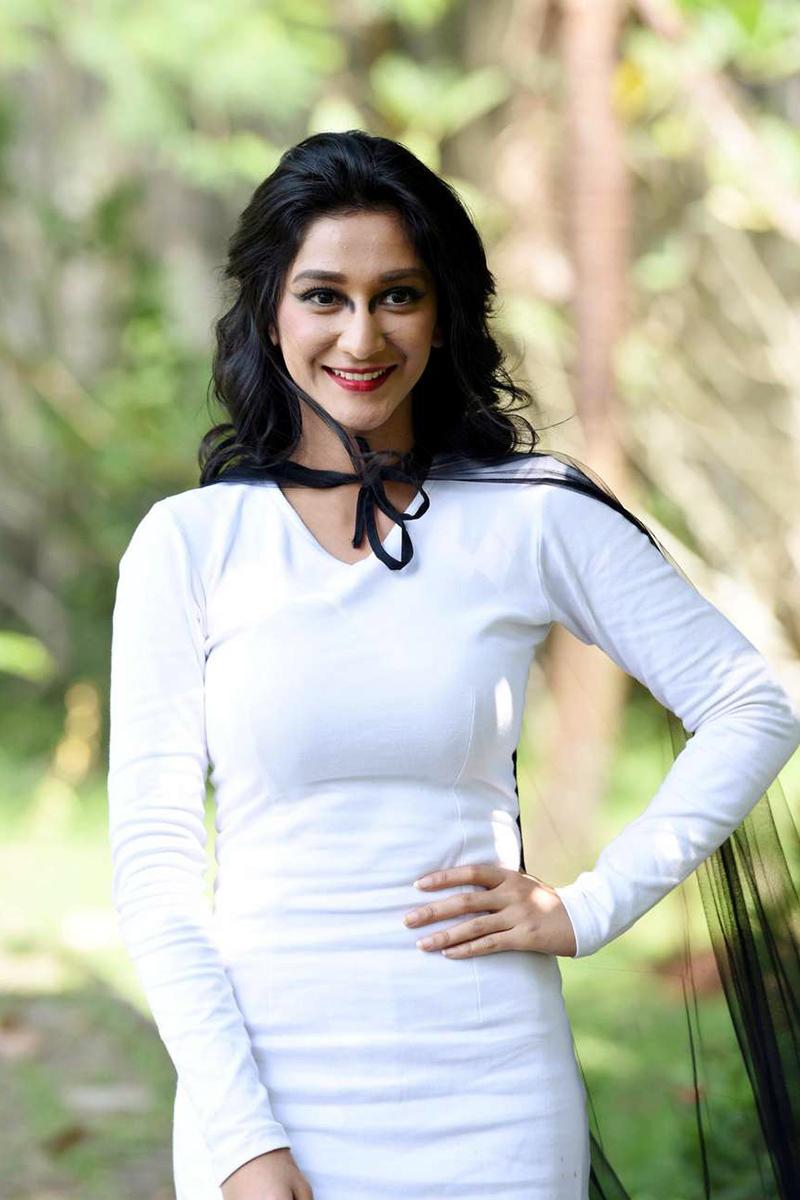 Fanny Ghassani seksi baju dres ptuih iblis kucing
