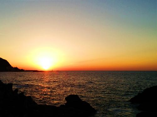 絵葉書のような日本海に沈む夕陽