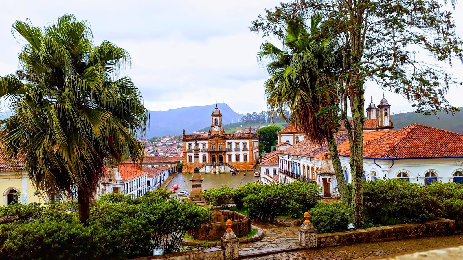 Vista para a cidade de Ouro Preto a partir do interior do Museu da Ciência e da Técnica da Escola de Minas