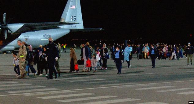 Пристигли Авганистанци ће бити смештени у близини америчког кампа Бондстил, прегледани и вакцинисани, јављају медији.  #Avganistan #Izbeglice #Talibani #Kosovo #Metohija #KMnovine #vesti