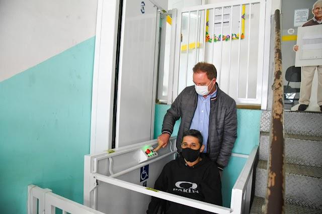 Após 10 anos de espera, elevador com acesso a pessoa com deficiência é instalado no CRAS Maracanã