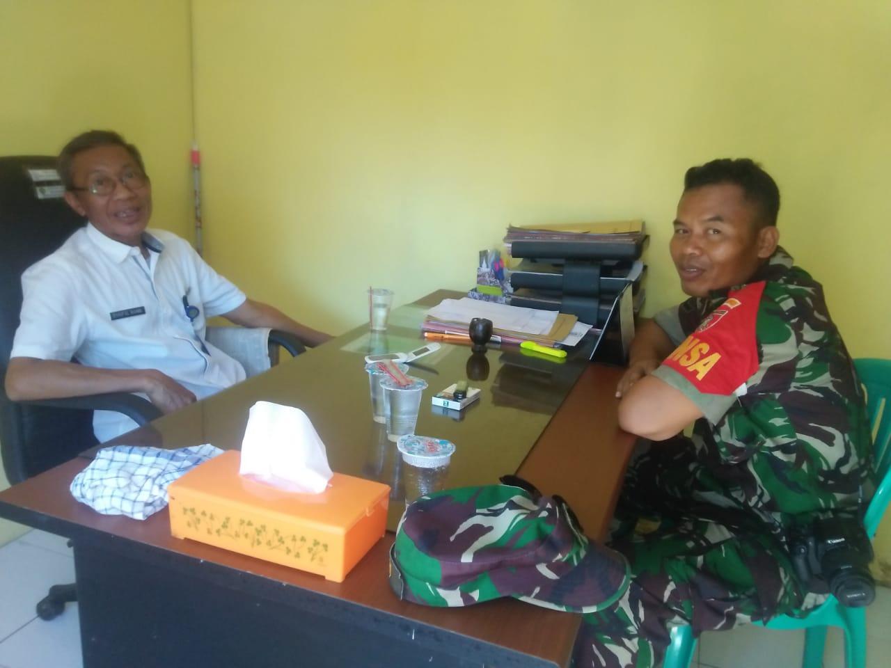 Jalin Silaturahmi Babinsa Tanjung Tengah Serda Heri Komsos Dengan Lurah Dan Staf