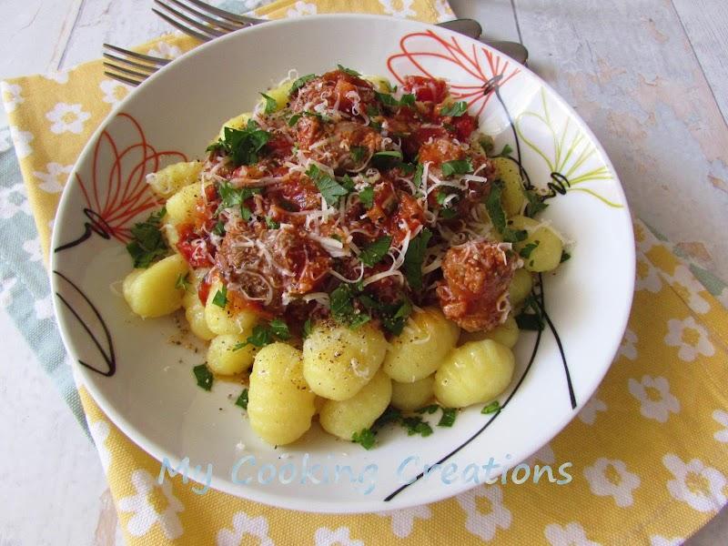 Картофени ньоки в доматен сос с наденица * Gnocchi con pomodoro e salsiccia