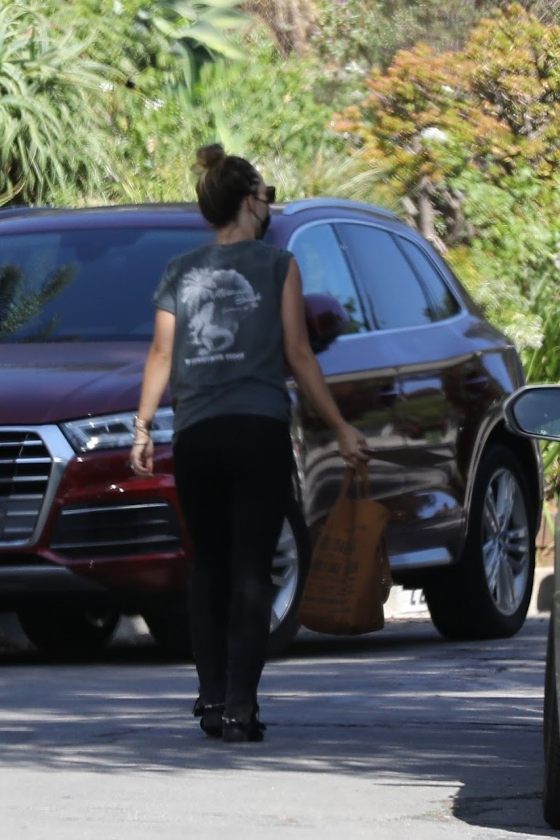 Olivia Wilde Arrives at Her Home in Los Angeles 7 Aug -2020
