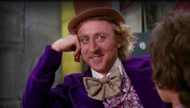 """O Produtor David Heynman revelou ao Collider, que o filme sobre Willy Wonka acontecerá antes de A Fantástica Fabrica de Chocolate Original. Segundo o produtor, o filme contará uma """"origem"""" de Willy Wonka, explicando como o personagem se tornou aquele velhinho excêntrico."""