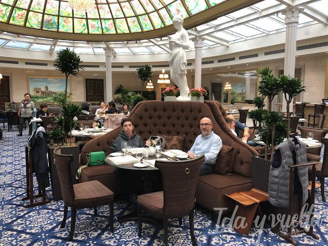 Lotte Hotel San Petersburgo comiendo en el Lounge