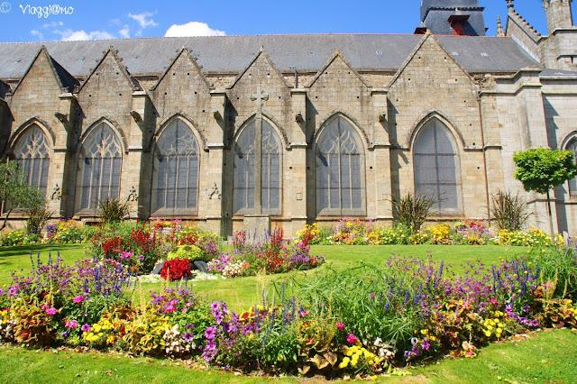 Lato dell'Eglise di Saint Leonard e suoi giardini