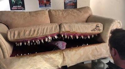 Erschreckende Couch mit scharfen Zähnen lustig