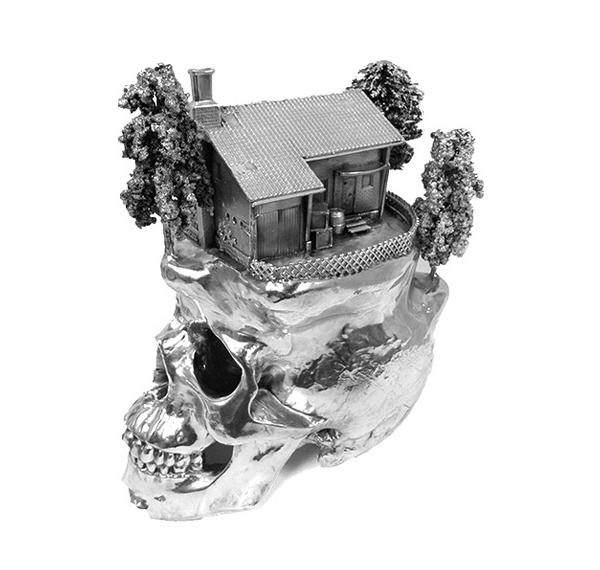 Interesante cráneo chapado en plata.