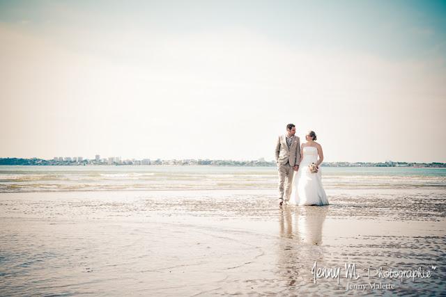 photo mariés marchant dans la mer