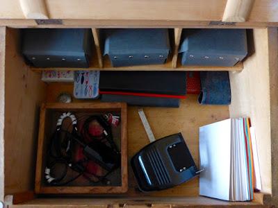 Visitenkarten, Vokabelkarteien, Kladden, Federmäppchen, Aufnahmegerät, Ladegeräte/Kabel, Locher, Briefumschläge