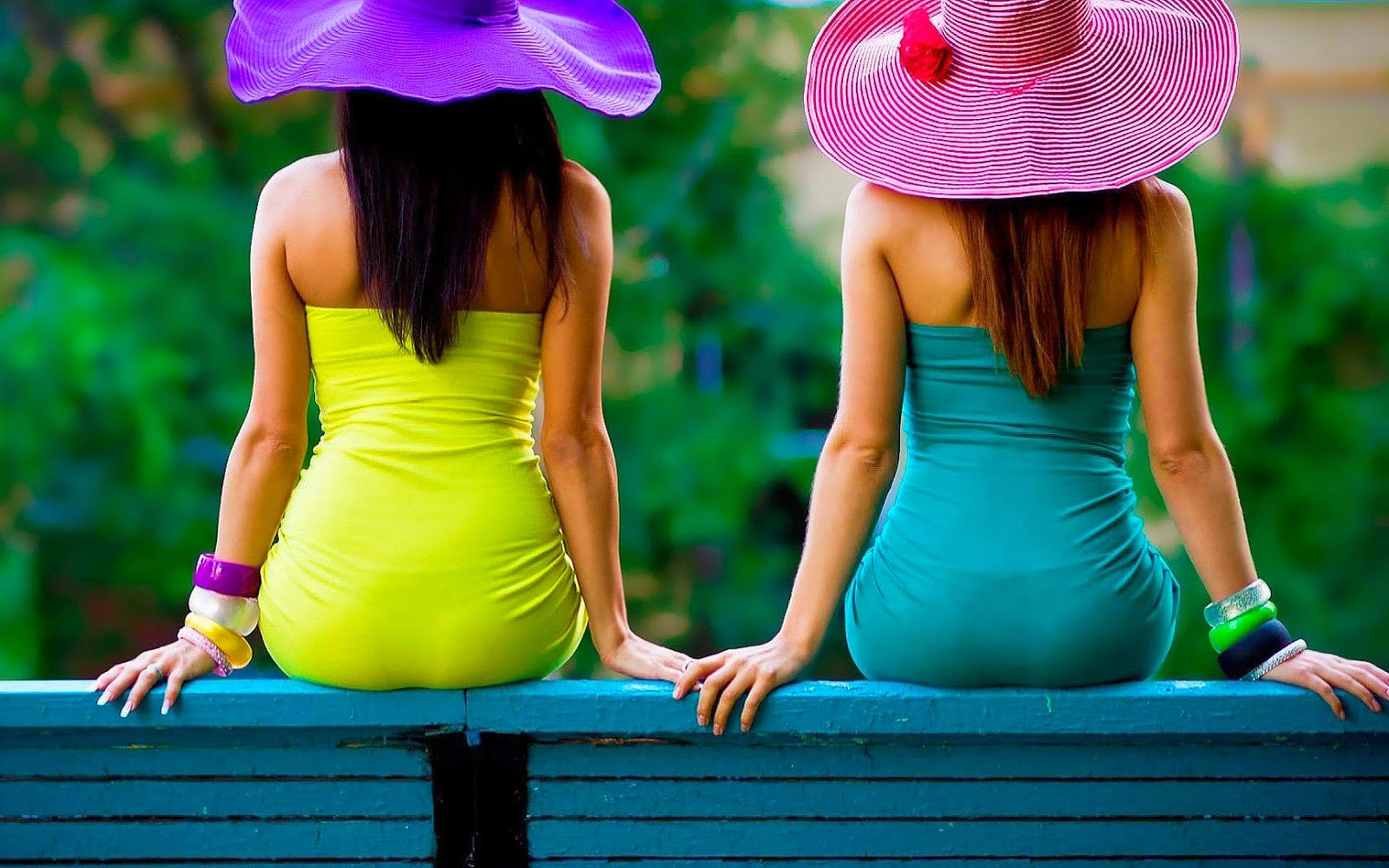 Vrouw op een bankje in een jurk