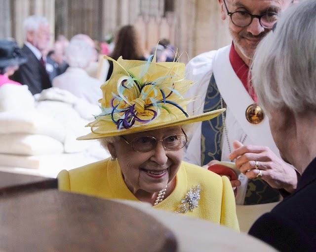 Nagycsütörtöki ajándékot osztott a brit uralkodó