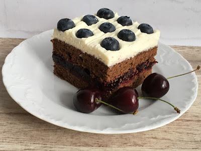 Kakaowe ciasto przełożone galaretką z czereśni i kremem z borówkami