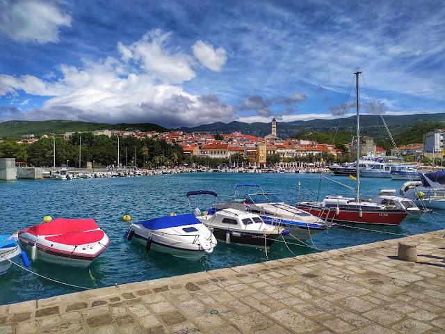 widok na Crikvenicę z portu, miasteczko, góry, morze