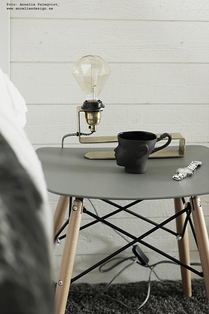 bordslampa, lampa, lampor, anneliesdesign, webbutik, webshop, inredning, sovrum, sängbord, pall, eames, mugg, muggar, ansikte, kopp, mässing, liggande panel, sovrum, sovrummet, nätbutik, nätbutiker, heltäckningsmatta, matta, vitt, svat och vitt, vit