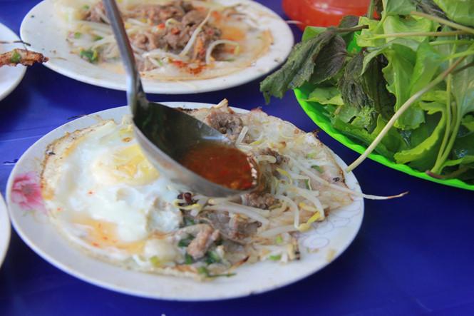 Ăn bánh xèo buổi sáng ở Gia Lai, người Sài Gòn trố mắt vì phải xếp hàng tự phục vụ