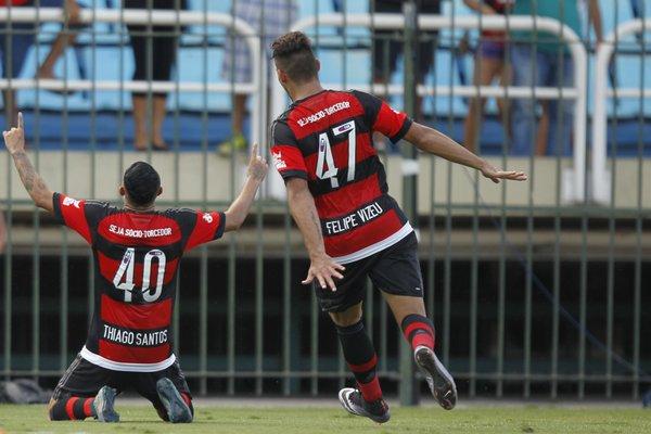 Meninos da base se destacam e Flamengo vence novamente