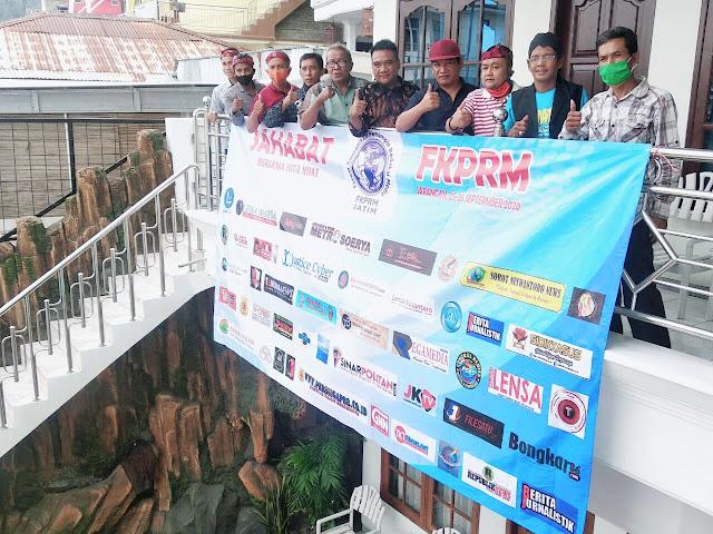 """Surabaya - majalahglobal.com : 45 media, baik cetak dan online dari 38 Kabupaten dan Kota di Jawa Timur yang tergabung dalam FKPRM (Forum Komunikasi Pemimpin Redaksi Media) di Jawa Timur menanggapi surat Dewan Pers yang ditujukan kepada Pemprov, Pemkab/Pemkot di Jawa Timur yang ujung-ujungnya surat tersebut berhubungan dengan verifikasi administrasi dan faktual.  Ketua FKPRM, Agung Santoso dalam siaran pers (29/9/2020) kepada anggota FKPRM, menjelaskan 38 Kabupaten/Kota yang dimaksud diantaranya Kabupaten Bondowoso, Trenggalek, Kota Surabaya, Kabupaten Mojokerto, Kota Mojokerto, Pamekasan, Sumenep, Bangkalan, Kota Malang, Batu, Kabupaten Malang, Situbondo,   Kabupaten Gresik, Banyuwangi, Ponorogo, Kota Pasuruan, Kabupaten Pasuruan, Lamongan, Magetan, Jombang, Bojonegoro, Kota Kediri.  Kabupaten Kediri, Kabupaten Tuban, Kota Probolinggo, Kabupaten Probolinggo, Kota Blitar.  Kabupaten Blitar,  Lumajang, Sampang, Nganjuk, Kota Madiun, Kabupaten Madiun, Sidoarjo, Jember dan Ngawi yang sudah menayangkan berita release dari FKPRM dengan judul Soal Pendataan Perusahaan Pers, Sebaiknya DP (Dewan Pers) bekerjasama dengan FKPRM yang tahu lapangan.  Sedangkan 45 media tersebut, lanjut Agung, yakni Lensa Nusantara, Republik News, Berita Jurnalistik, Metro Soerya, Mojokerto Pos, Gerbang Nusantara News, Sidik Kasus.  Harian Merdeka Pos, Sinar Alam Pos, TKT News, Suara KPK Cyber, Central Berita, Sonic Media.  Sorot Nuswantoro, Harian Siber, Pewarta TV, Trans Bojonegoro, Xtimes news, Radar-X, Harian Lentera Indonesia.  Lawu TV News, Ankasa Post, Kabar Oposisi, Majalah Detektif, Bhantaran, Arya Media, Majalah Global.  Lensa Magetan, Perssigap 88, Awdines, Maju Indonesia News, Topik News, Media Cakrawala, File Satu, Tabir Nusantara.  Metro Liputan 7, Fakta News, Teropong Barat, Merdeka News, Pelopor, Drugs News, Berita Lintas Nusantara, Media Putra Bhayangkara, Memo Expos, Kabar Nganjuk.  """"45 media dari 38 Kabupaten dan Kota tersebut telah menaikkan berita release dari FKPRM tanggal """