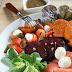 Sałatka z pieczonych warzyw z wędzonym łososiem