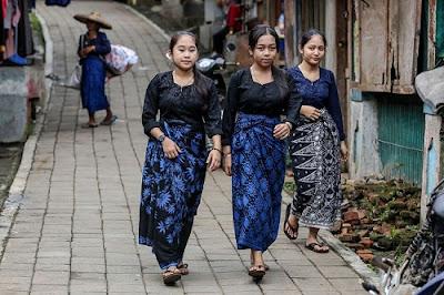 masyarakat suku baduy luar beraktivitas di desa