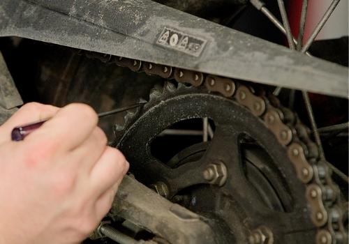 Kiểm tra xích và nhông của xe máy