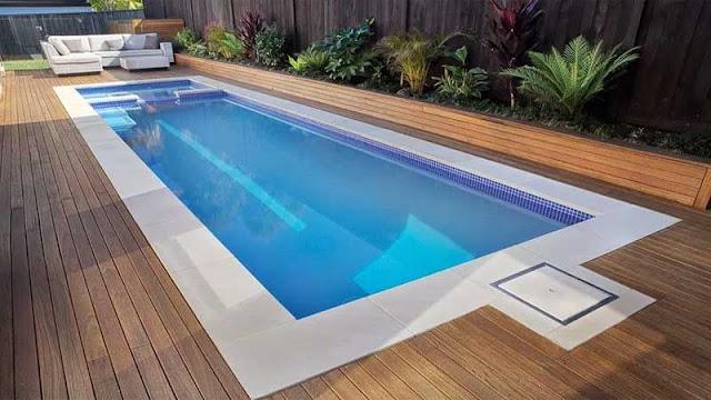 Lantai kayu samping kolam renang