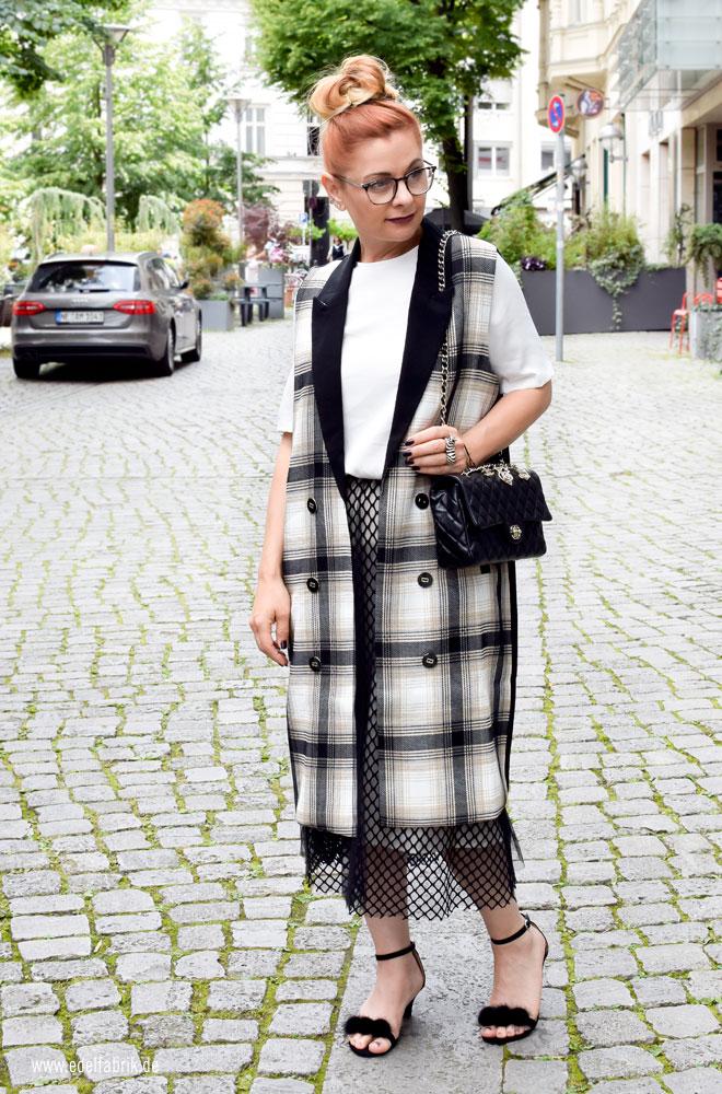 Look mit Chanel Timeless Classic schwarz und Tüllrock in schwarz,
