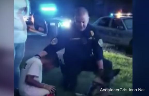 Policía orando por niño